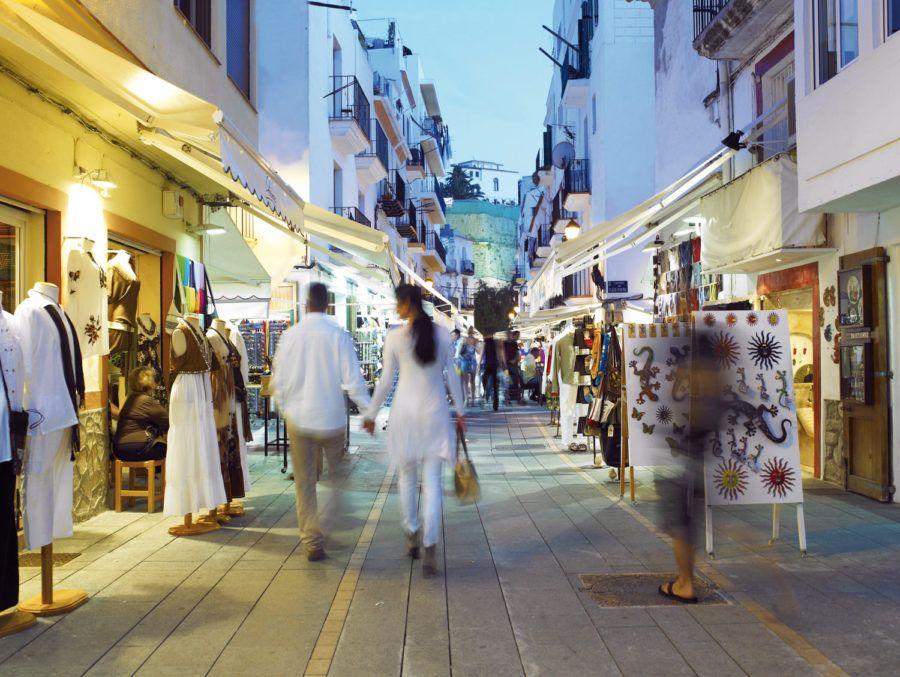 En un viaje con amigas también se puede salir de compras por Ibiza