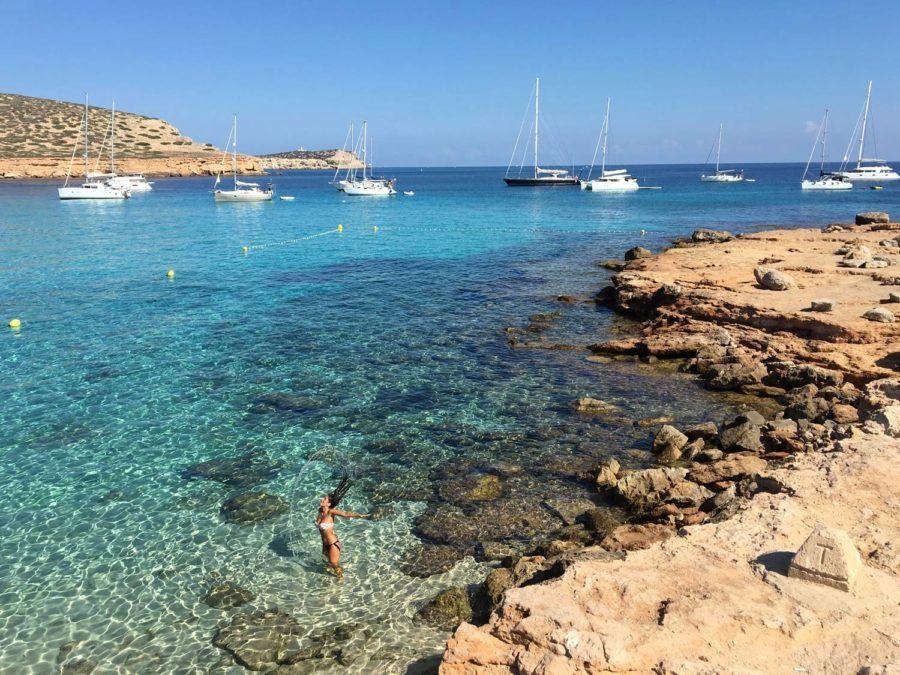 En un viaje con amigas a Ibiza no puede faltar un baño en cala Conta