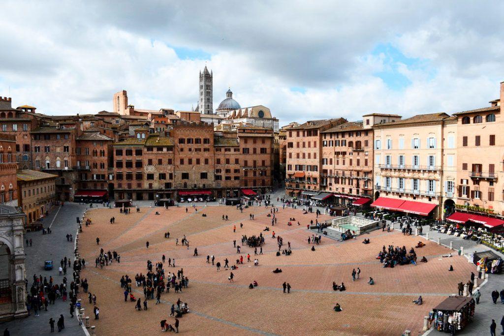 Toscana en coche plaza Siena Palio