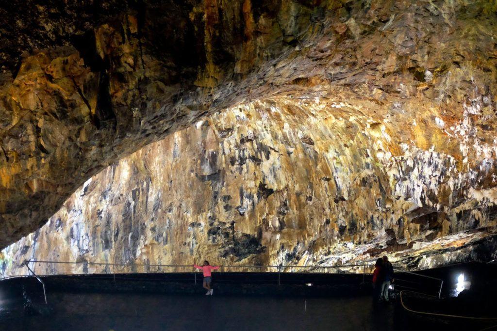 Terceira en familia niños geología gruta