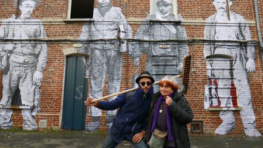 Agnès y JR recorren los pueblos franceses con una furgoneta-fotomatón
