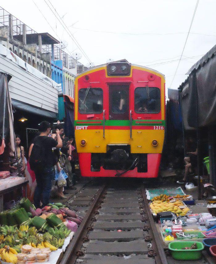 mercado del tren  en bangkok