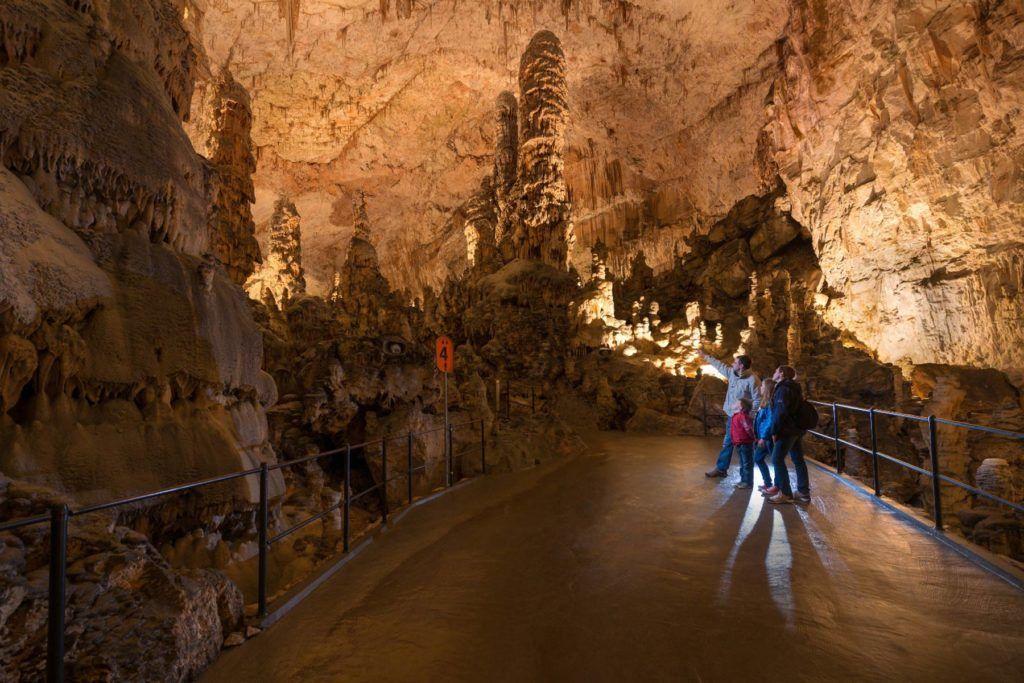 cueva postojna eslovenia viajes mujeres