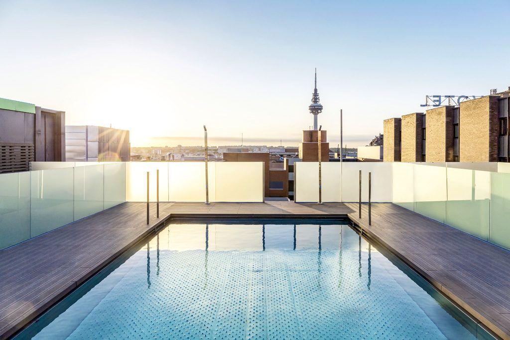 piscina atardecer terrazas del Novotel Madrid Center