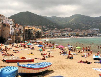 playa cefalu viaje mujeres sicilia