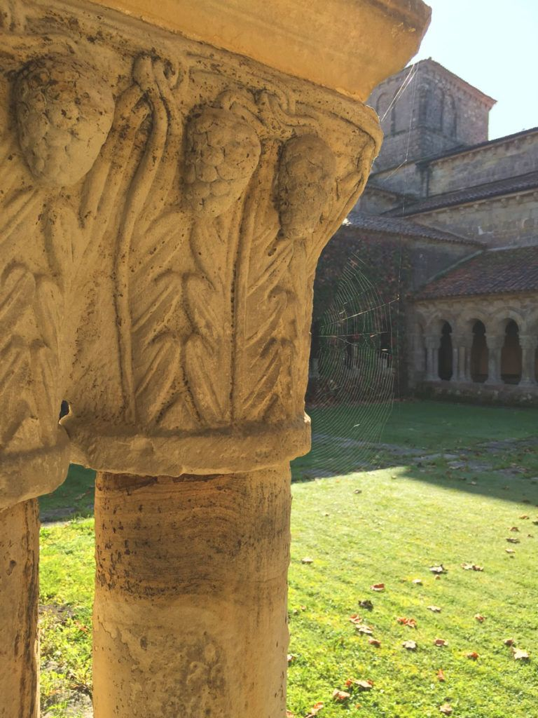 romanico capitel familia niños Cantabria