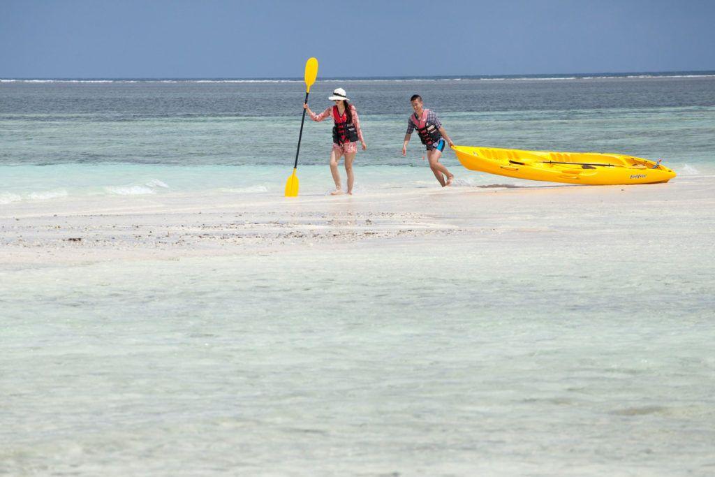 en barco por maldivas