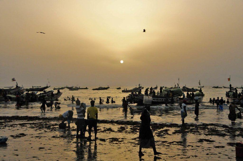 pescadores en Tanji, viajes mujeres a gambia, que hacer en gambia, viajar a gambia sola