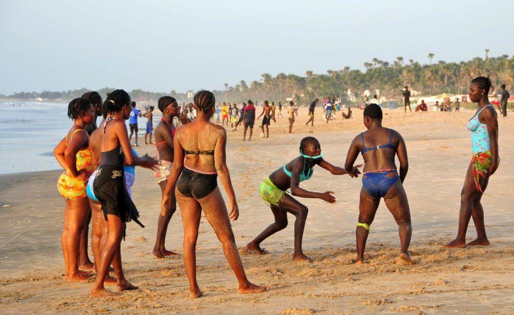mujeres wrestling en playa, viajes mujeres a gambia, que hacer en gambia, viajar a gambia sola