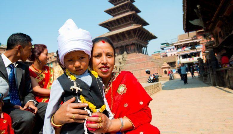 Una madre con su hijo asisten con sus mejores galas a un ritual en Bhaktapur. ©P.G.