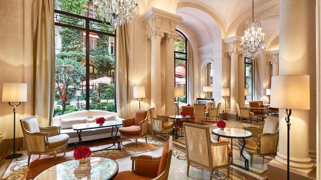 hotel lujo paris, hotel plaza athenee paris, mujeres viajan a paris