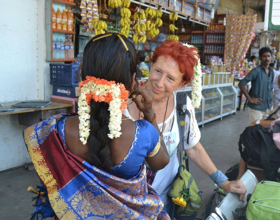 Kandy abuela mochilera, mujer etheria