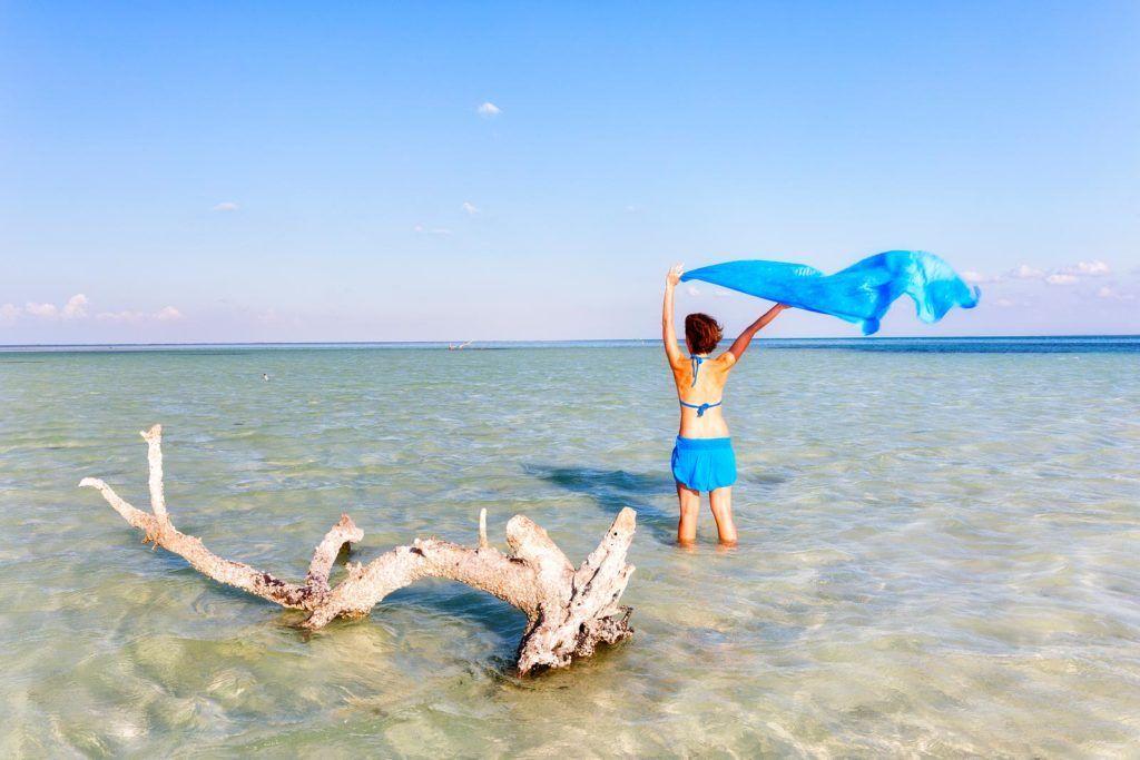 playas de holbox, mujeres en la playa