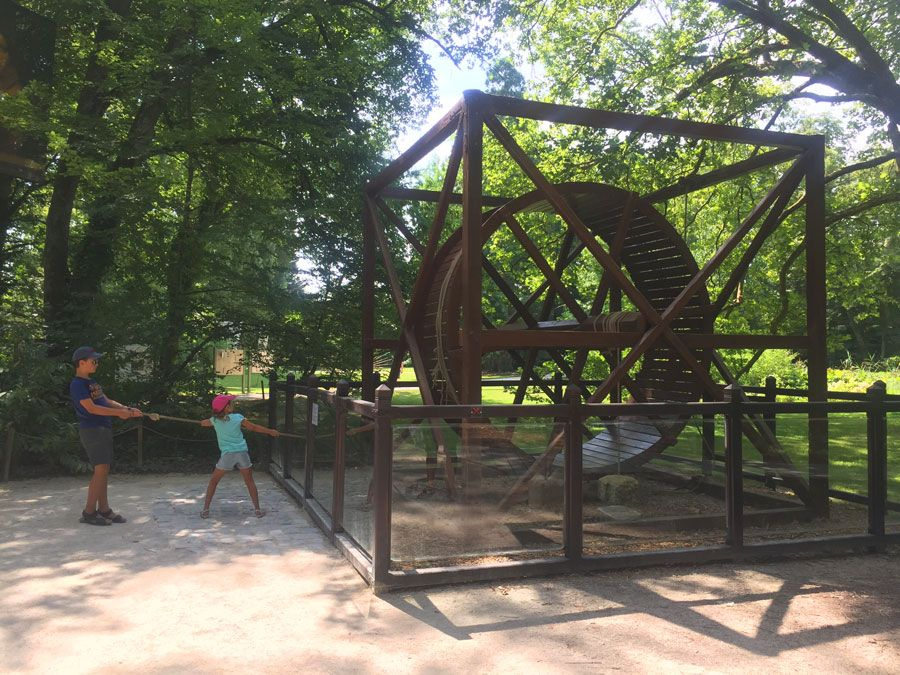 Invento de Leonardo da Vinci en el jardín del castillo de Clos Lucé.