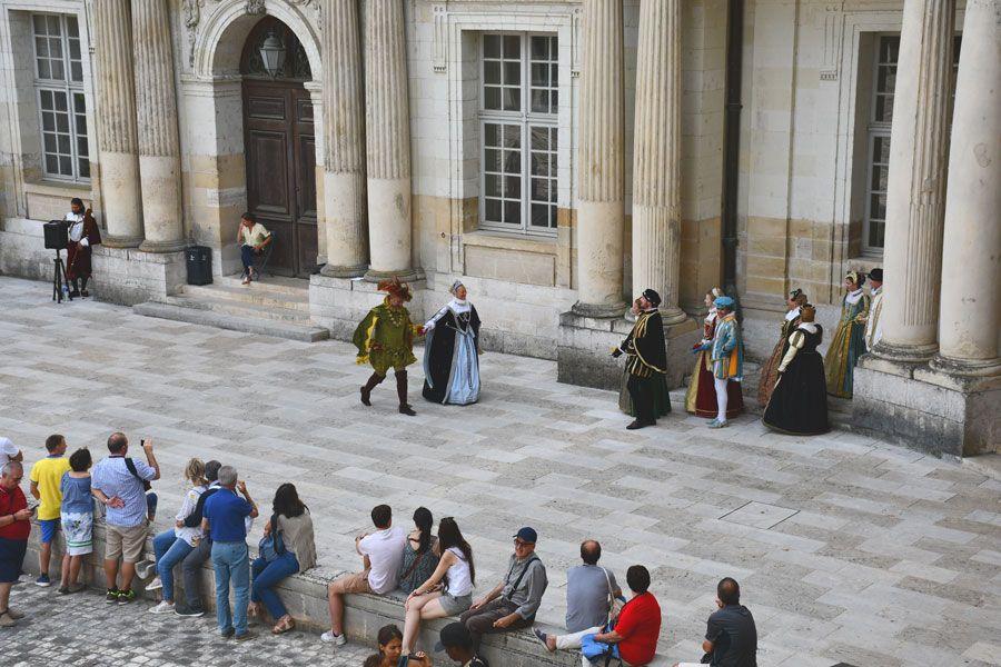 Representación de época en el patio del castillo de Blois.