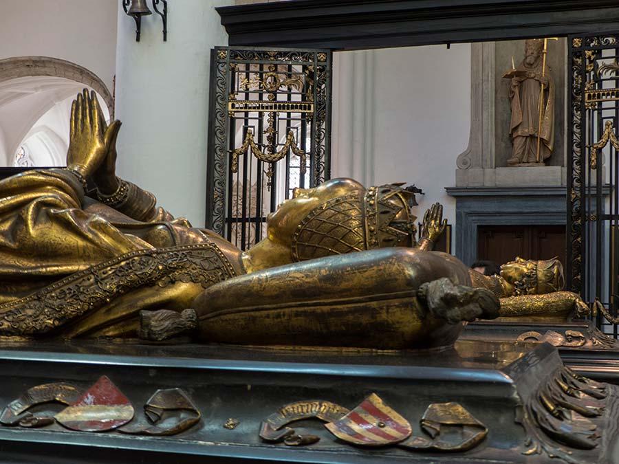 Viaje de mujeres a brujas, que ver en brujas, mujeres de flandes belgica, sepulcro maria borgona
