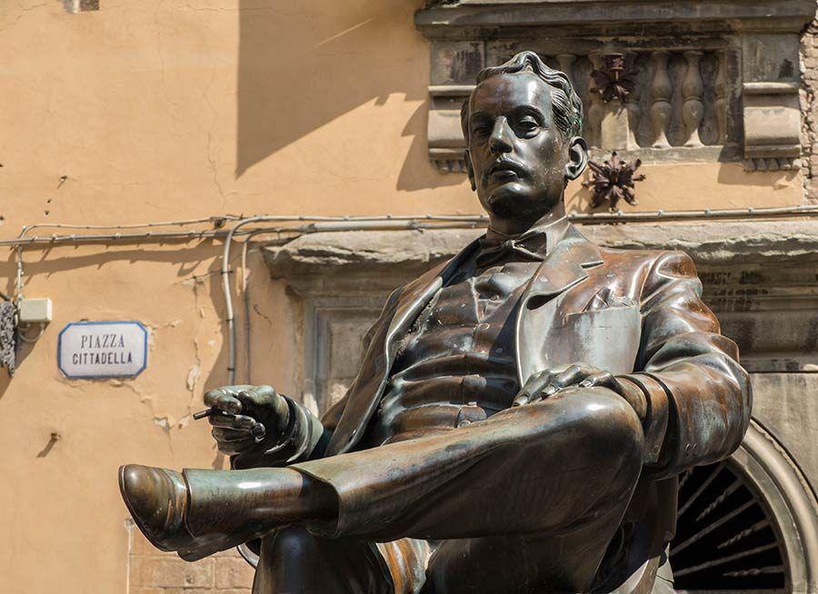 Estatua de Giacomo Puccini en la Via di Poggio
