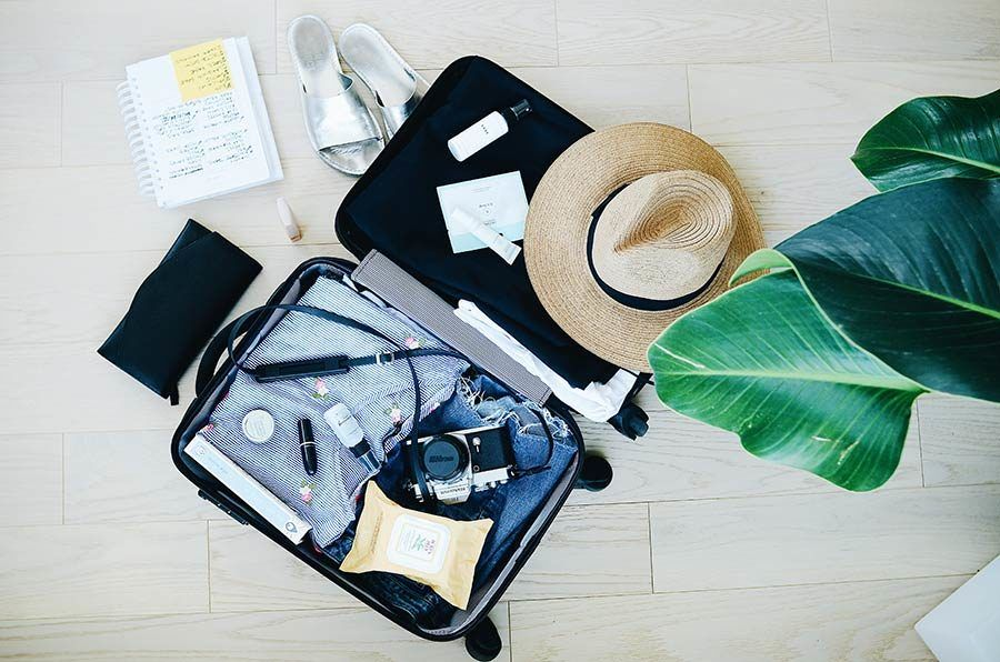 maleta mujer viajera, gadgets de viaje