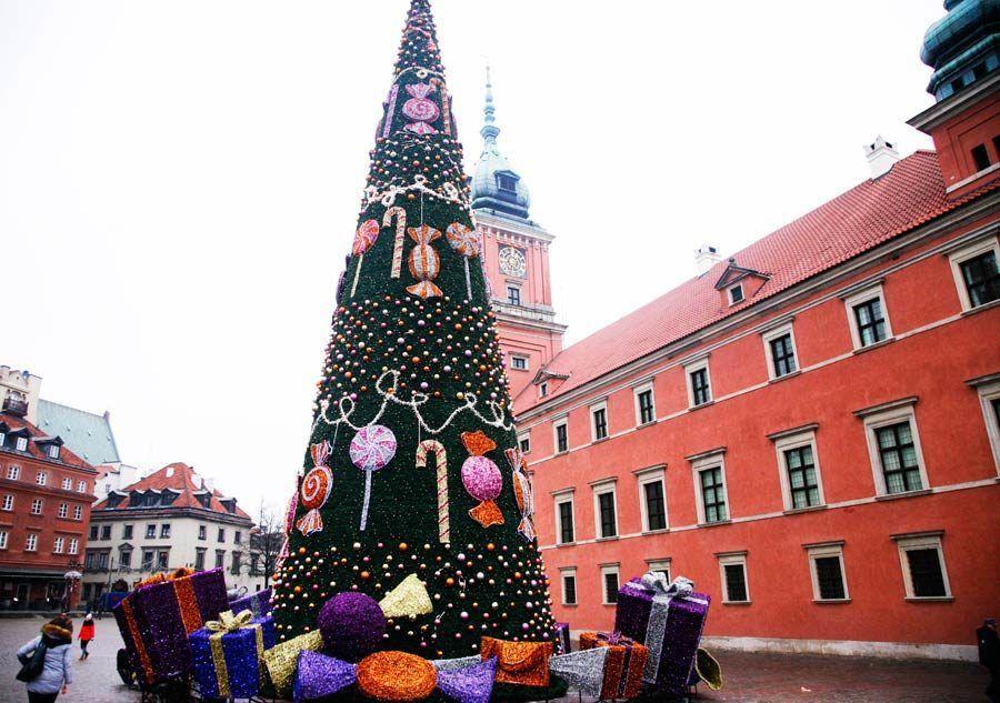 Plaza del Castillo de Varsovia con el abeto de Navidad