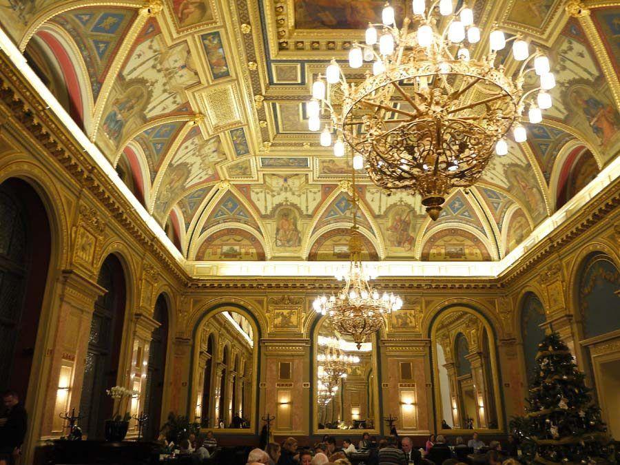 cafes historicos de budapest, viaje mujeres budapest
