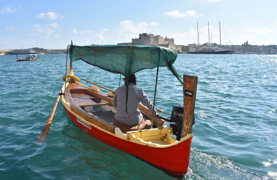 en barca para llegar a birgu en malta