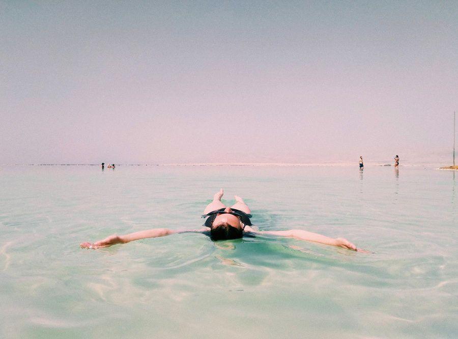 mar muerto israel con amigas