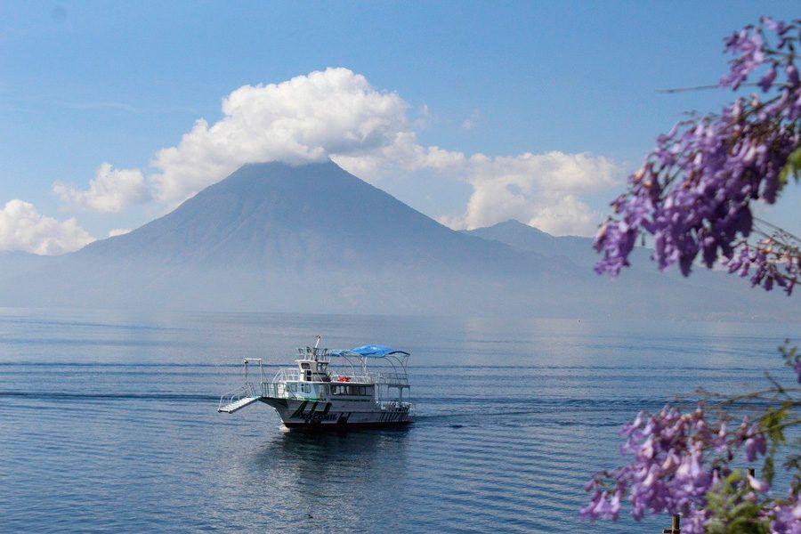 navegar en el lago atitlan de guatemala