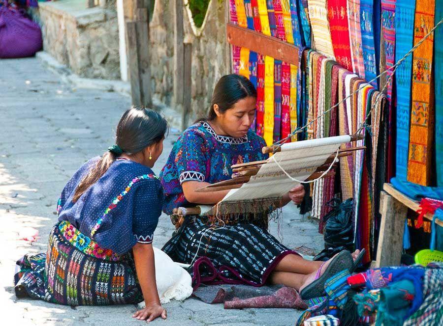 artesanas en el lago atitlan de guatemala