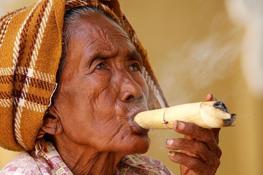 anciana fumando myanmar, viaje Myanmar