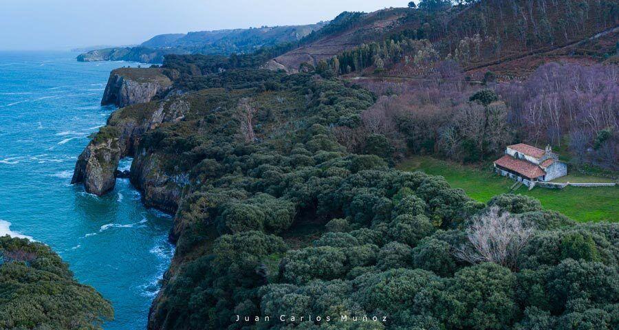 Cueva Pindal y faro de San Emeterio