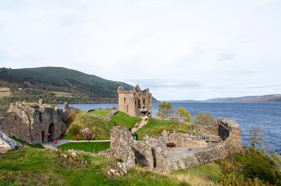 Bonito castillo escoces en el lago ness