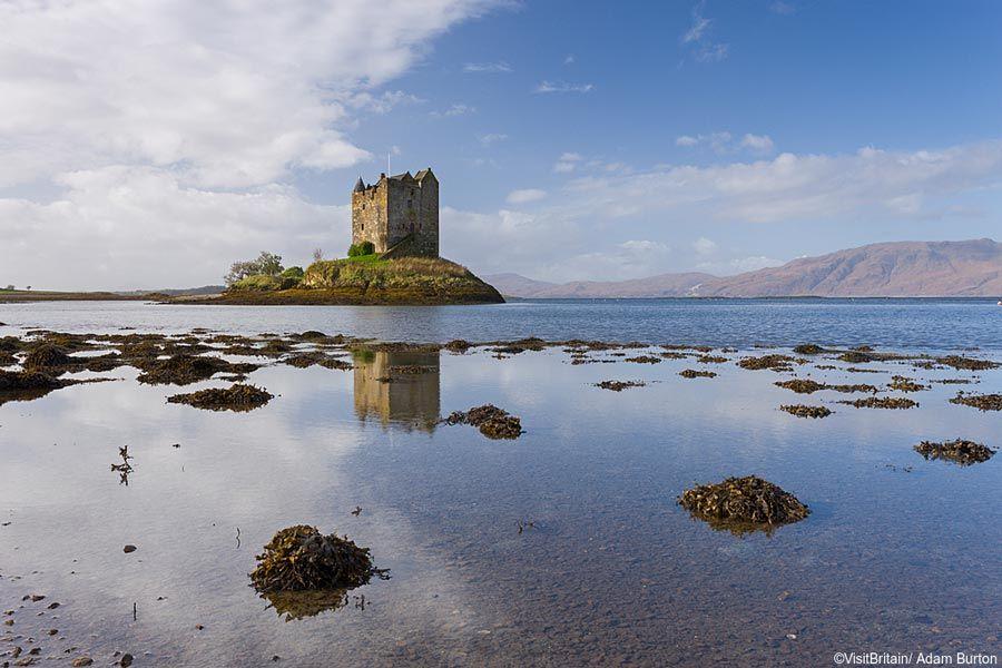 castillo de stalker en mitad del lago linnhe de escocia