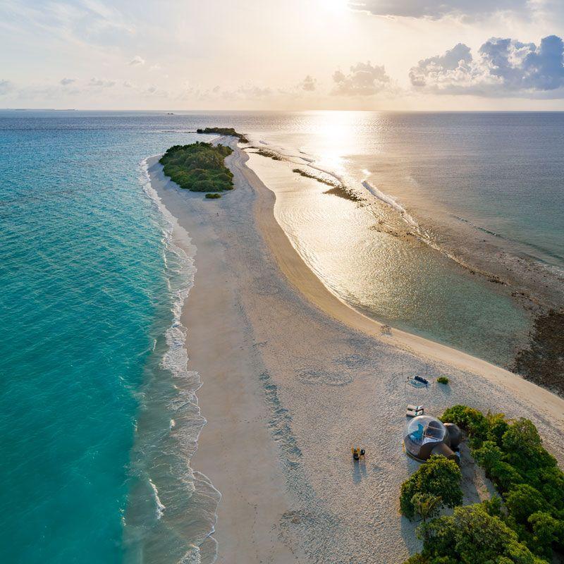 romantica burbuja en la playa de maldivas