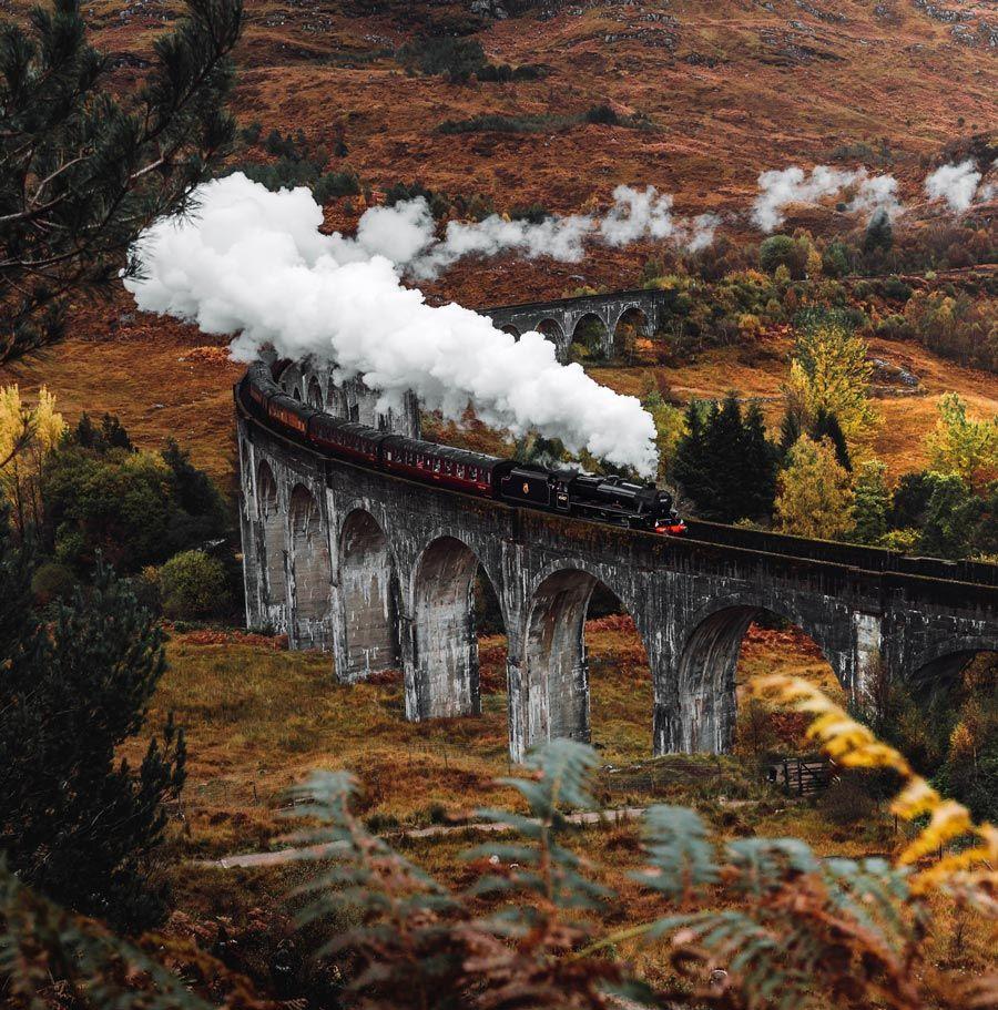 el tren de Harry Potter a su paso por las higlands escocesas