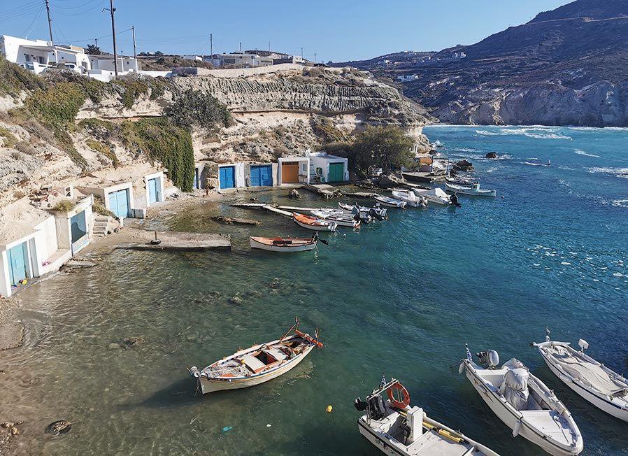 barcas en mandrakia islas cicladas