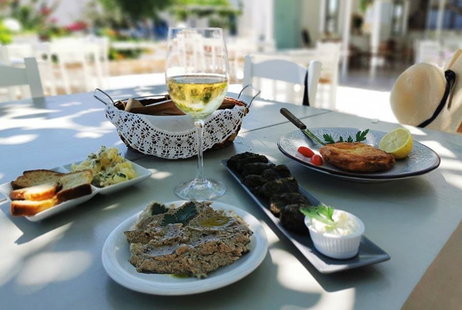 Moussaka y otros platos griegos del restaurante del hotel boutique Margarita Studios-