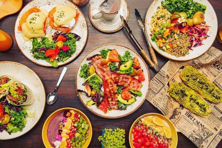 Platos de brunch en el Brunch Club Cafe