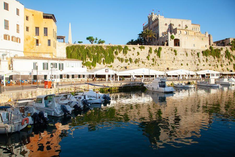 puerto Ciutadella es una de las visitas originales en Menorca