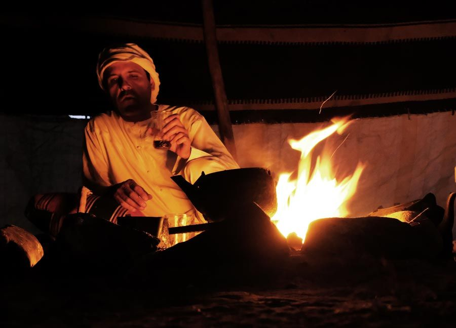 beduino haciendo cafe desierto jordania