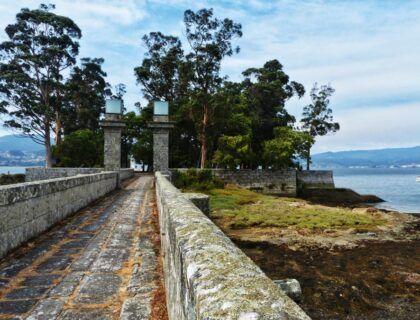 puerta entre lazaretos de isla san simon