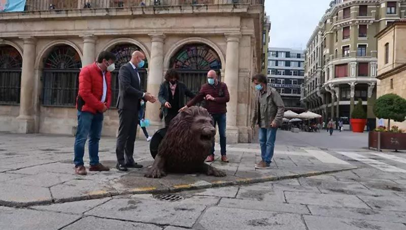 leon en plaza de san marcelo