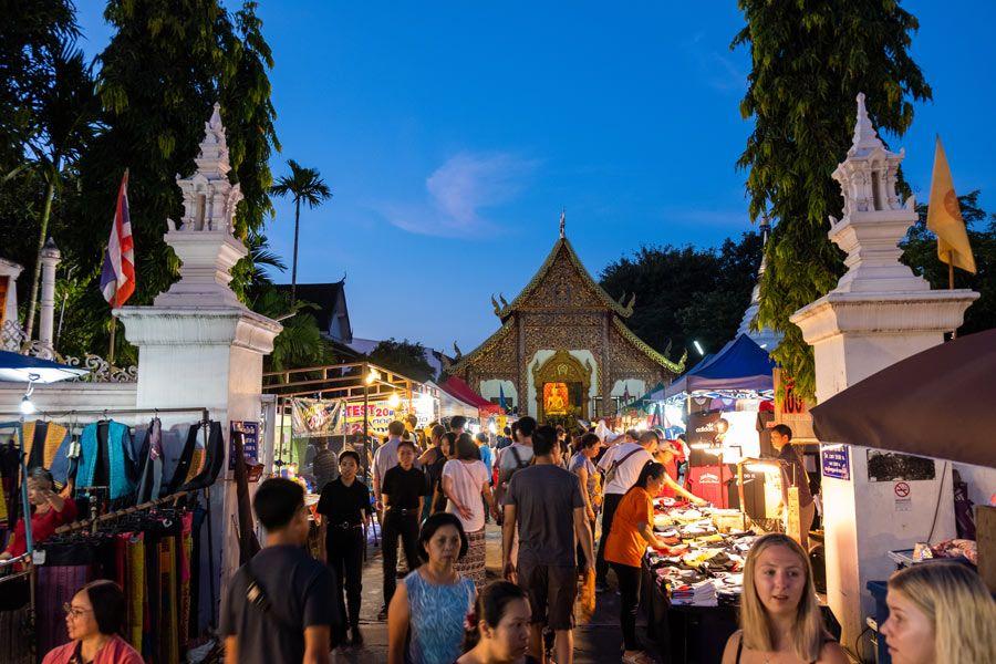 mercado nocturno domingo en Chiang Mai