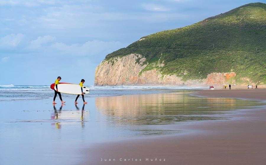 surf en playa de berria