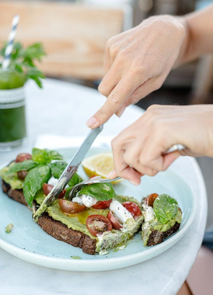 desayuno saludable con aguacate