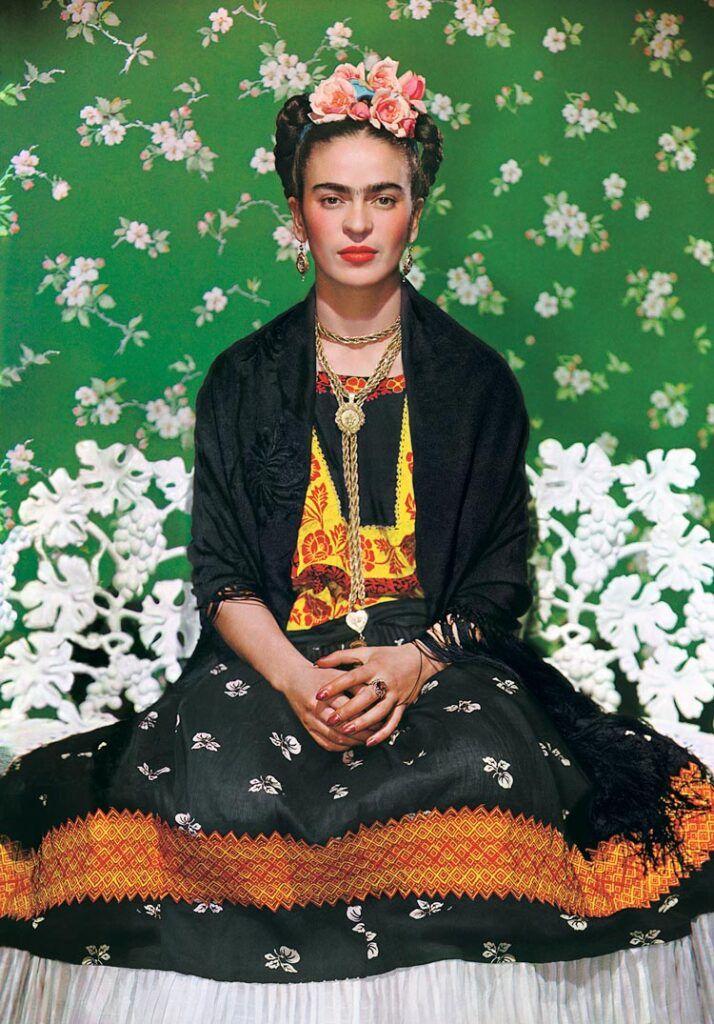 Frida en un banco blanc