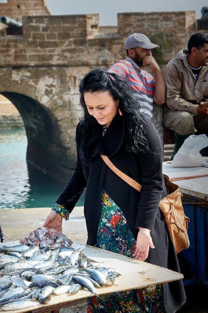 Najat Kaanache en mercado de pescado