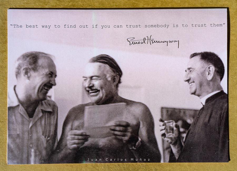 Hemingway con Andres Untzain cura de Kanala