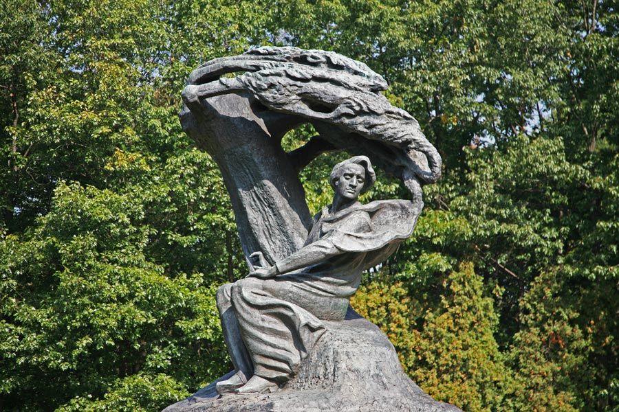 escultura de chopin en Varsovia