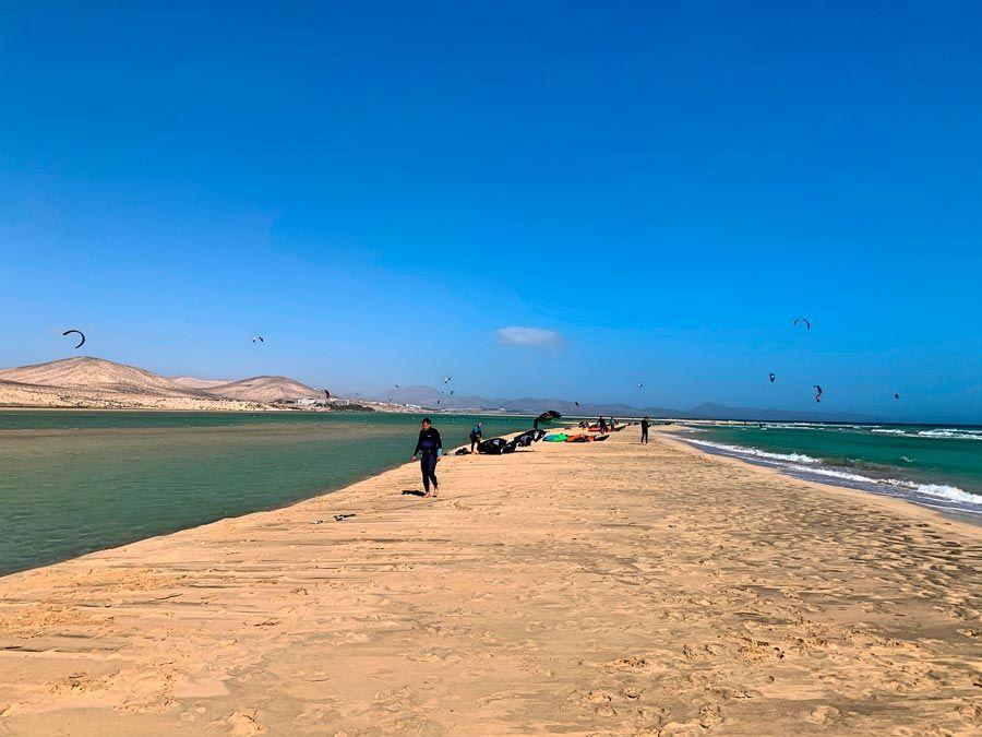 kitesurf en playa de sotavento para un viaje a fuerteventura con amigas