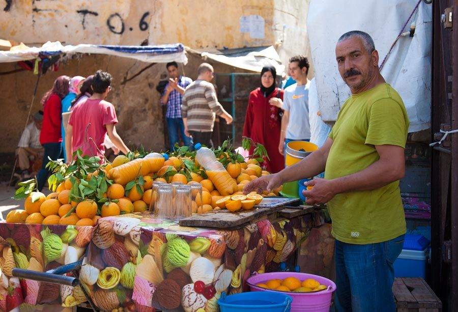 vendedor naranjas en zoco de fez